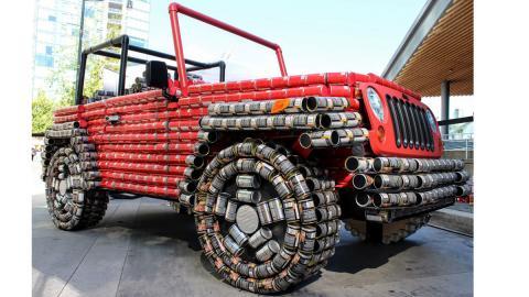 Jeep Wrangler hecho de latas tres cuartos delanteros