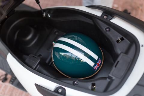 En el maletín de la KYMCO cabe el casco y el equipo de nuestro fotógrafo