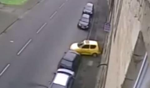 La risa de aparcamiento pillado por una cámara de seguridad