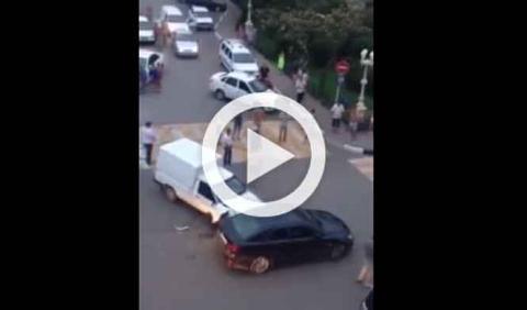 Accidente se transforma en pelea con final de aúpa