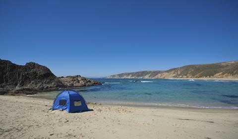 Tienda de campaña en la playa