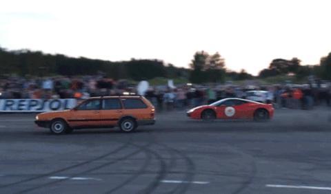 Ferrari 458 Italia vs VW Passat: No subestimes a tu enemigo