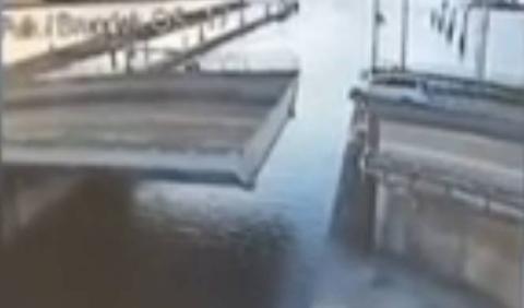 Vídeo: se abre el puente... ¡e intenta saltarlo!