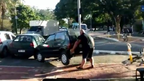 No aparques en el carril bici si está este hombre cerca