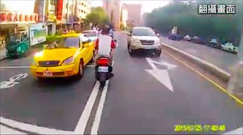 Video: persiguen a un scooter en China ¡De locura !