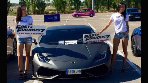 Chicas y coches en la presentación del DVD Fast & Furious 7