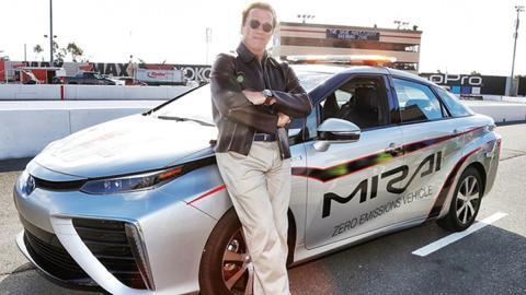 Arnold Schwarzenegger, con el Toyota Mirai en la NASCAR