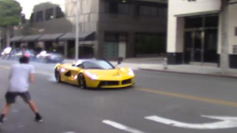 Un LaFerrari amarillo sale quemando rueda en Beverly Hills