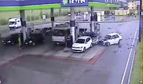 Un Lancia Delta se estrella en una gasolinera