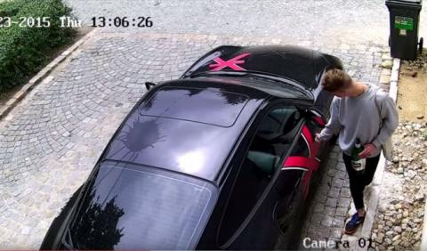 La Policía busca a este individuo por destrozar un Porsche
