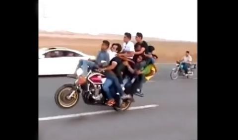 Vídeo: Cómo hacer un caballito en moto con 10 personas