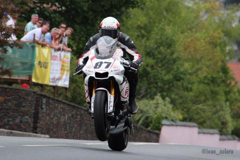 Vídeo: Pique entre Michael Dunlop y Guy Martin en Ulster GP