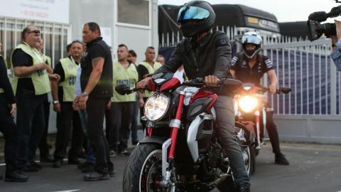 Hamilton en su moto MV Agusta 800 Dragster RR