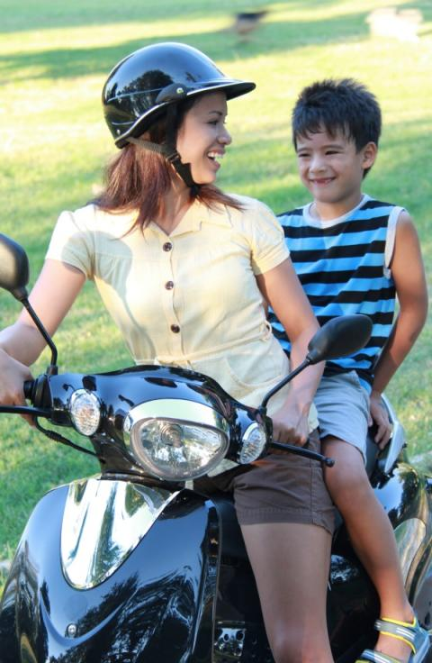 Cómo llevar niños en moto