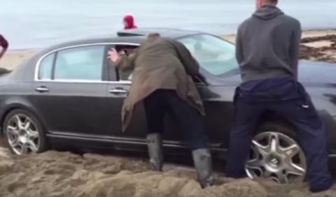 Un Bentley Flying Spur atascado ¡en la arena de la playa!