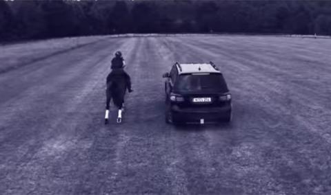 Mercedes GL vs caballo, ¿quién gana?