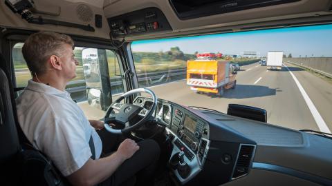 camión Mercedes que conduce solo
