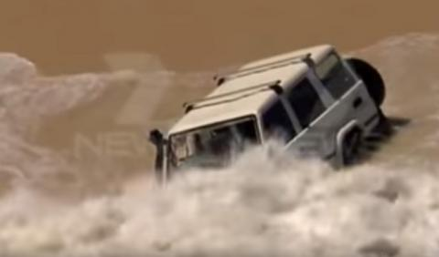 WTF! Intenta escapar por mar con un Toyota Land Cruiser
