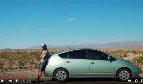 Este chico lleva un año viviendo en un Prius