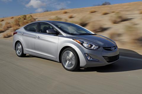 Hyundai Elantra 2016, cazado con el interior a la vista