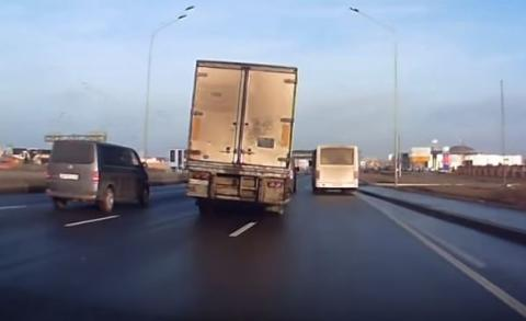 Vídeo: conductor de camión evita un accidente de milagro