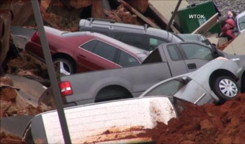 Un socavón colosal se traga 15 coches en Mississippi