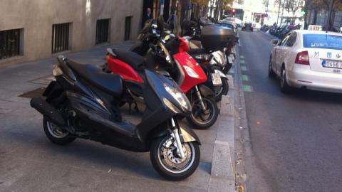 Las motos pueden circular y aparcar en el centro de Madrid