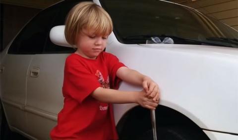 Este niño sabe más de coches que tú (y que yo)