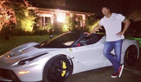 Dwayne Johnson no cabe dentro del Ferrari LaFerrari -- Autobild.es
