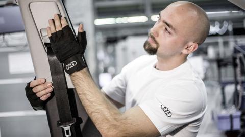 Los guantes 'mágicos' de la fábrica de Audi