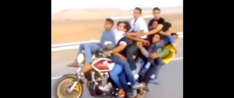 ¡WTF! 10 tíos subidos en una misma moto