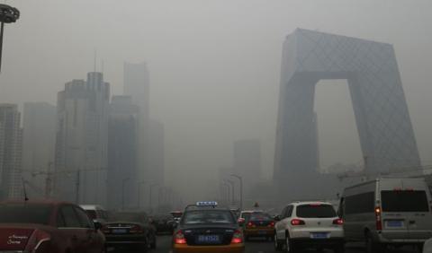China cede y limita el tráfico por la alta contaminación