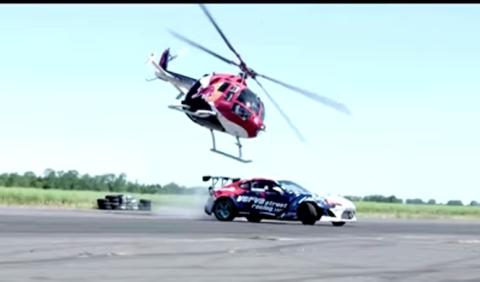 Impresionante 'baile' de un helicóptero y un Toyota GT86