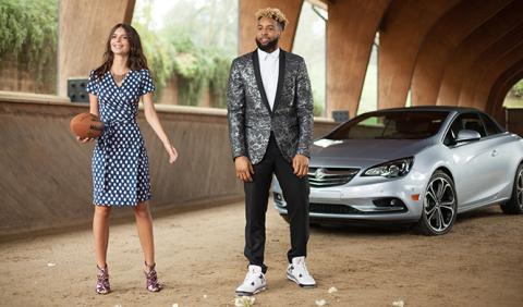 La modelo Emily Ratajkowski y Buick, en la Super Bowl