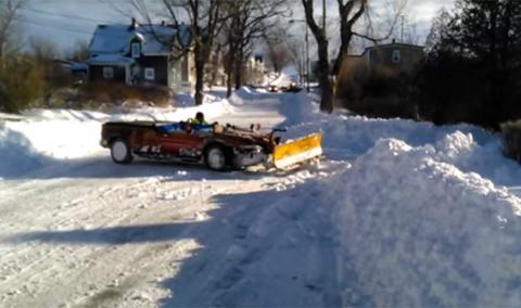 Así se conduce este extraño Pontiac en la nieve