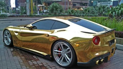 Ferrari F12 oro trasera