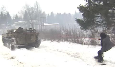 ¿Qué hace un ruso arrastrado por un tanque sobre la nieve?