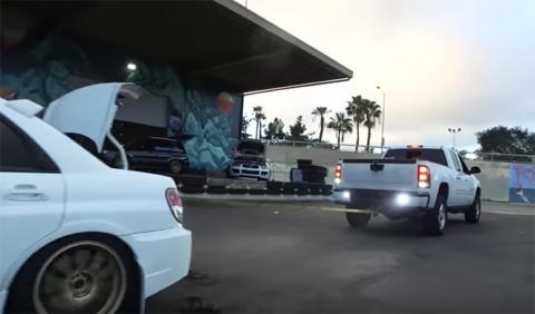 El juego de la cuerda entre un Subaru WRX y una camioneta