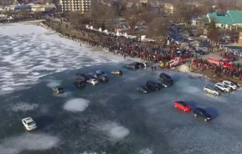 Vídeo: no intentes aparcar en un lago helado