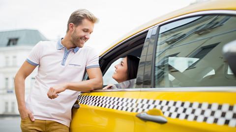 Más de la mitad de los españoles intentan ligar en un taxi