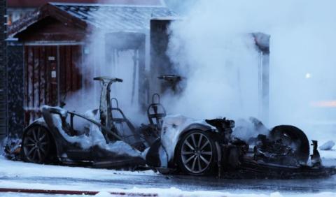 Un cortocircuito causa este incendio en un Tesla Model S