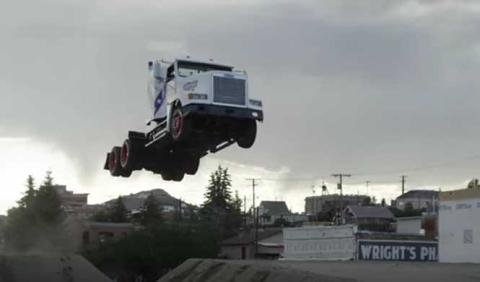 El salto de camión más largo del mundo