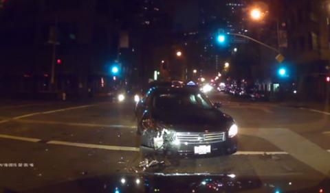 Choca contra un coche de policía de Madrid (borracho, sí)