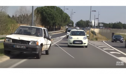 Vídeo: así reacciona la gente cuando ve conducir a un ciego