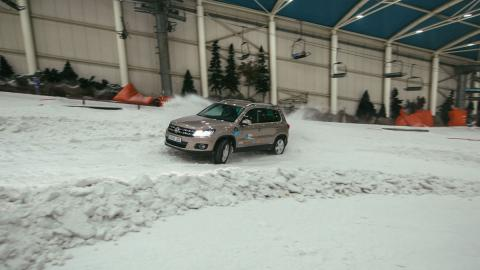 cuesta helada con neumáticos de invierno
