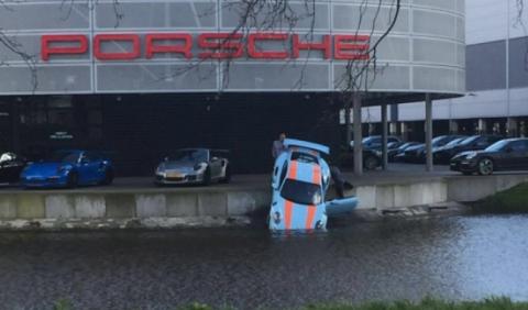 Mecánico de Porsche arroja un 911 GT3 RS al agua