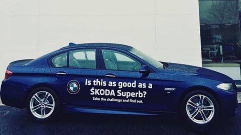 Concesionario Skoda deja conducir un BMW para comparar