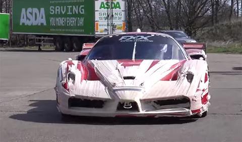 ¿Por qué forra de cinta este Ferrari FXX su dueño?