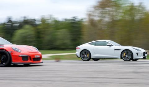 Drag race: Porsche 911 GT3 RS contra Jaguar F-Type Coupé R