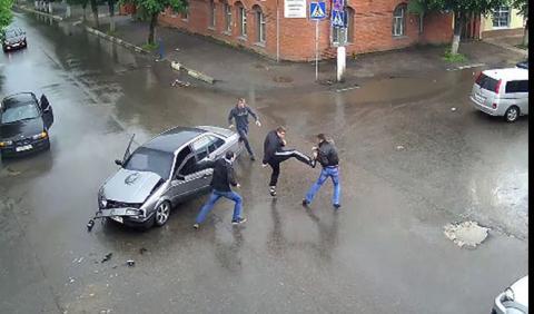 A golpes: así terminan los accidentes en Rusia (a veces)